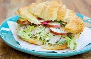 Photo Recette Croissant Salade de Dinde et Poulet Fumé aux Pommes