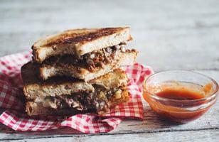 Photo Recette Sandwich Végétarien au Fromage Grillé et au Bœuf avec ketchup Sriracha